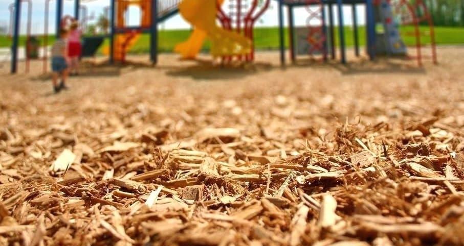 Щепка, кора при покрытии детской площадки